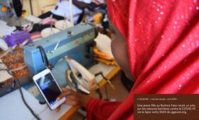© QGJEUNE - L'oeil des Jeunes - avril 2020  Une jeune fille au Burkina Faso reçoit un sms sur les mesures barrières contre le COVID-19 via la ligne verte 3424 de qgjeune.org.